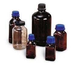 Flaschen aus Glas und Styroporverpackung